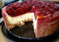 Nesaldus varškės ir vyšnių pyragas
