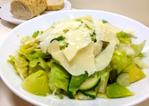 Žaliosios salotos su permezano sūriu